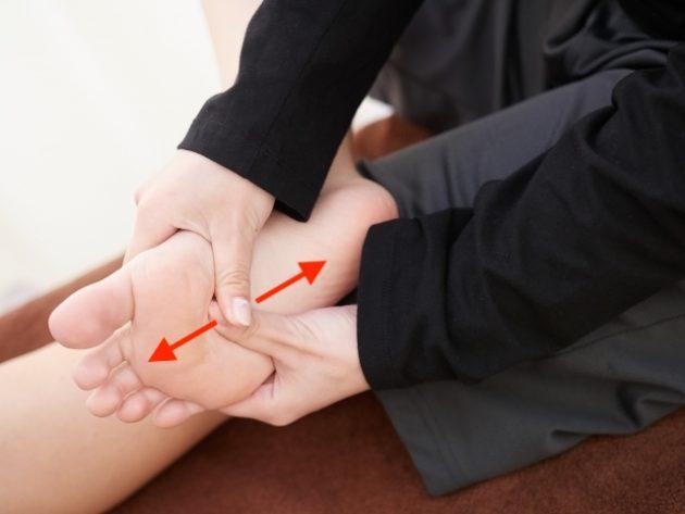 足底筋膜を緩めます。ただし、痛い部分は直接押さないで下さい。